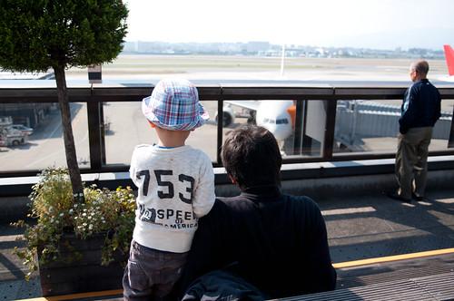 飛行機をながめる2人