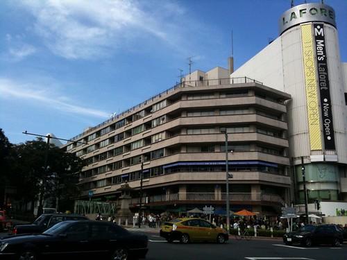 土曜日の神宮前交差点(元)