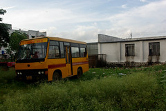 An abandoned school bus in Yavatmal, India (Lola Casamitjana) Tags: school india bus abandoned yellow jaune deserted cole inde scolaire yavatmal dsert abandon