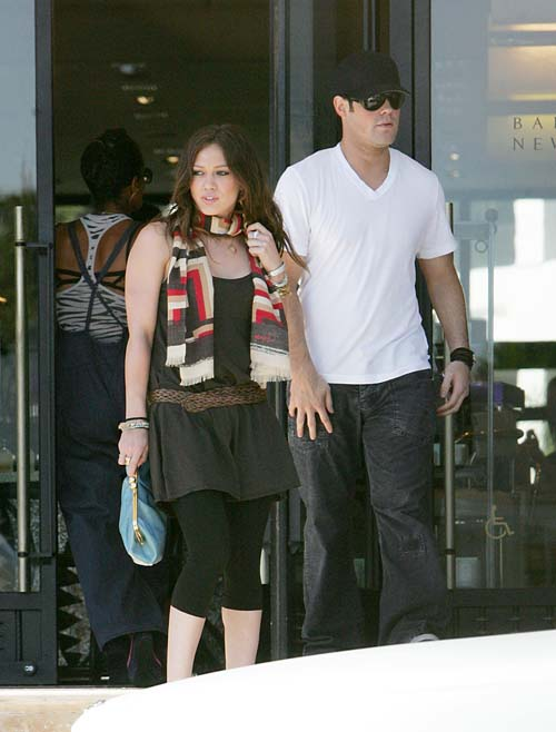 Hilary Duff in kissing Mike Comrie at LA while on a break to her Canada Tour