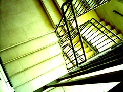 bajando (PaoEstHer) Tags: verde escalera bajar fierro peldaos pasamanos
