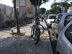 O parque de estacionamento de bicicletas tem a lotação mais que esgotada
