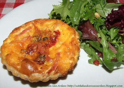 Hartige taartjes met bladerdeeg, geroosterde tomaten, ham en cheddar