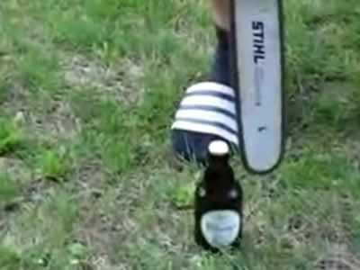 Abriendo la botella con la sierra eléctrica