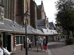 Haarlem - negozi addossati alla chiesa (a.turchetto) Tags: amsterdam zeppelin alberto bici lucia alessandro