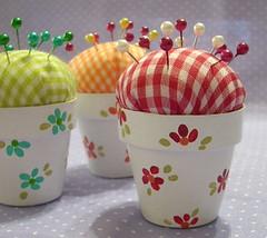 Afileteros.... (♥ Mariela ♥) Tags: pink flowers red orange flores verde green rojo handmade artesanal rosa fabric flowerpot pincushion naranja telas macetas alfileteros