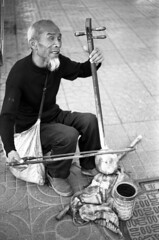 A blind performer  in Beijing street. (CATIC-TEDer) Tags: street people man film 50mm blind live bessa hard beijing era epson 100  performer nokton voigtlnder  disability f15 d23 v700 r2a gtx900