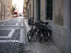 Bicicletas estacionadas frente à Crew Hassan, em dia de Tertúlia