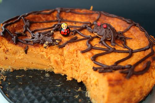 immagine foto Torta dolce di zucca e pecorino con decorazione al cioccolato per Halloween