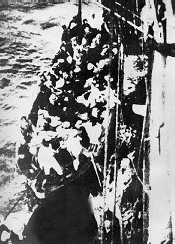 İzmir'i terkedenlerle dolu tekne.