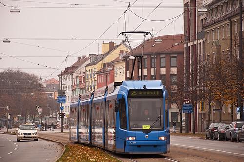 Wagen 2210 hat gerade das »Grünwalder Stadion« passiert und erreicht in Kürze seine Endhaltestelle »Wettersteinplatz«