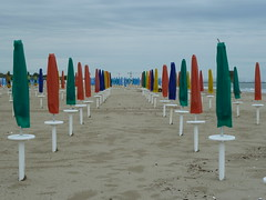 P1000209 (gzammarchi) Tags: italia mare colore nuvola natura paesaggio fila ravenna ombrellone camminata itinerario marinadiravenna puntamarina