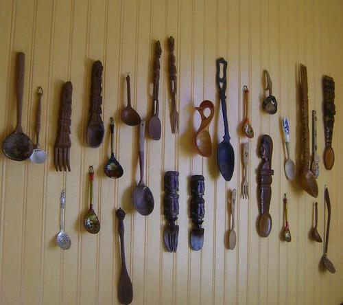 Coleção de colheres na parede