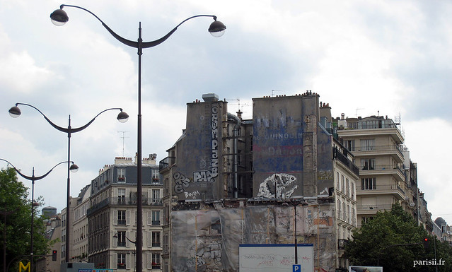 Vieux immeubles de la place, tagués