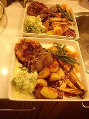 Eh Voila - Le Roast Beef! (cardi_spec_geek) Tags: potatoes beans beef gravy roast cauliflower carrots parsnips topside broccolli yorkshires