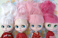 Degrade (r e n a t a) Tags: pink white branco canon hair toy doll brinquedo peach rosa explore blythe  boneca comparison sidebyside diva takara ih 1000views 2000views wmm 100faves whitemagicmorning seenonexplore degradee rebelxti ichigoheaven colorsinourworld