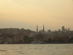 A met tra oriente e occidente (sventolina) Tags: istanbul moschea camii bosforo