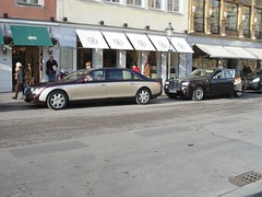 Maybach 62 and a Rolls Royce Phantom (zahn-i) Tags: auto street city winter two black cars car shop canon shopping germany munich mnchen bayern deutschland bavaria mercedes big rollsroyce monaco laden cayenne special coche porsche bmw rolls autos teuer phantom expensive a200 biss zentrum luxury luxus rare tone schwarz royce 62 daimler beemer rar odeonsplatz v12 bimmer maybach twotone    staatstheater munique bogner  lackierung   selten besonders  zweifarben