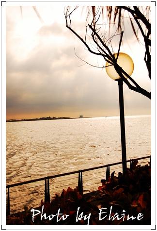黃昏的淡水河堤