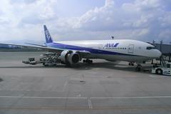 伊丹空港で右エンジンカバーを開いているJA703A