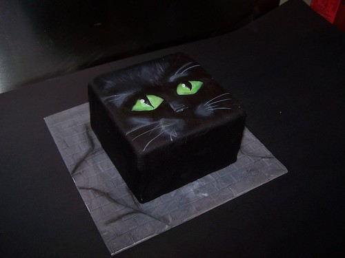 black cat eyes. Black cat Halloween cake