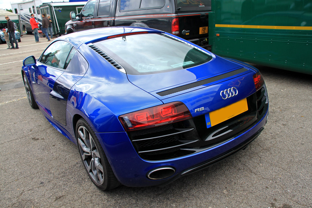 R8 V10 Sepang Blue With Mugello Blue Blade