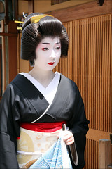 T E R U K O M A : Geiko (mboogiedown) Tags: wood travel summer woman beauty japan asian japanese interestingness kyoto asia traditional culture august explore geiko geisha kimono obi gion tradition kansai katsura hanamachi i500 hassaku oshiroi kagai kobu discoverkyoto terukoma