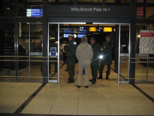 Polizisten belagern den Bahnhofseingang