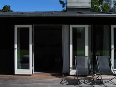 KICX5440.JPG (drz image) Tags: blackandwhite doors terrace terrasse summerhouse sort woodhouse longhouse sommerhus nowindows dre trhus sortoghvid