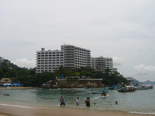 Vista del Hotel La Caleta desde la playa