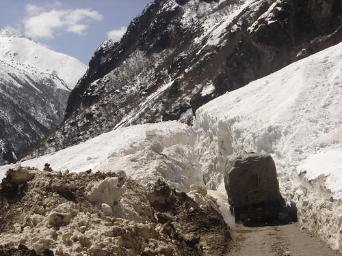 paredes de nieve y hielo en la ruta