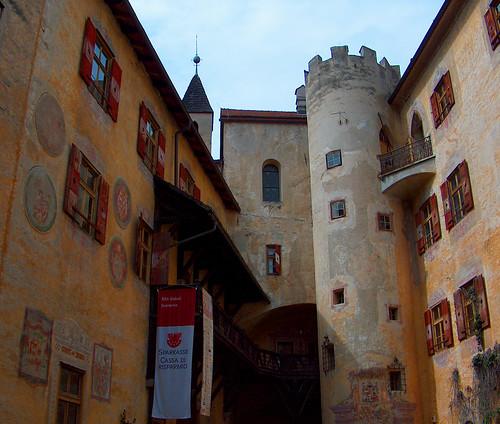 Foto del cortile interno del castello di Brunico