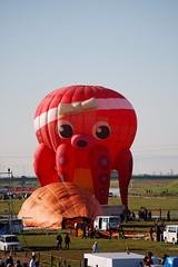 Saga International Balloon Fiesta (Explodingfish) Tags: people car japan octopus hotairballoon saga 車 人 佐賀 熱気球 蛸 バルーン canon40d 佐賀インターナショナルバルーンフェスタ sagainternationalballoonfiesta tamronaf55200mmdiiildmacro