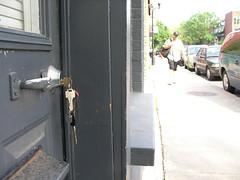 Photo de mon trousseau de clés dans ma serrure de porte donnant sur la rue