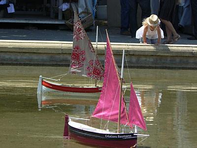 fillette et bateaux roses.jpg