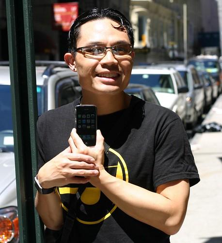happy macboy w iphone