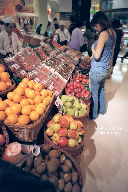 Siam Paragon的地下超市看到華麗的水果攤