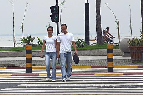 walking strolling around baywalk area while holding hands manila Pinoy Filipino Pilipino Buhay  people pictures photos life Philippinen  菲律宾  菲律賓  필리핀(공화국) Philippines