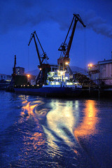 Ra de hierro: Muelle de Zorroza (basajauntxo) Tags: azul reflections puerto barco ship bilbao hora nocturna industria bizkaia euskalherria ria reflejos gruas nervion supershot 10faves flickrsbest abigfave zorroza aplusphoto basajauntxo ysplix