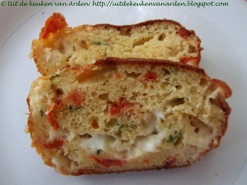Hartige cake met tomaat, basilicum. mozzarella