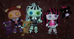 Plush girls with pets (Veni Vidi Dolli) Tags: crescent mattel frankiestein monsterhigh draculaura clawdeenwolf countfabulous watzit