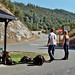 E' così che si dovrebbe aspettare sempre l'autobus. matt e kay alla fermata davanti al bug hostel (Yosemite National Park, CA)