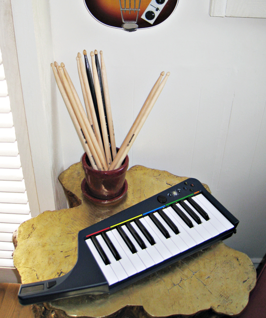 rock band 3 keyboard keytar+drumsticks+gold stump+video games room