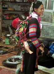 Blue Hmong in SaPa market. (Linda DV) Tags: travel people mountain cute barn children geotagged kid asia southeastasia child market young culture tribal vietnam kind 1998 criana tribe ethnic minority motherchild enfant nio motherandchild sapa tribo stam indochine hilltribe indochina dziecko tribu bambino stamm   ethnicminority  lapsi  copil dijete trib  northernvietnam montagnard dt trib  heimo minoritethnique  stamme  pokolenia laocaiprovince ethnischeminderheid   lindadevolder  plemena pokolen