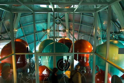 Bollen in een bol in het Atomium