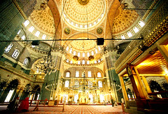 yeni cami (YaS-MaNiA) Tags: light turkey licht minolta kodak muslim islam religion trkiye 200asa istanbul mosque cami turkije moskee yenicami newmosque 14mm dynax7 instantfave aplusphoto colourartaward happinessconservancy goddienst
