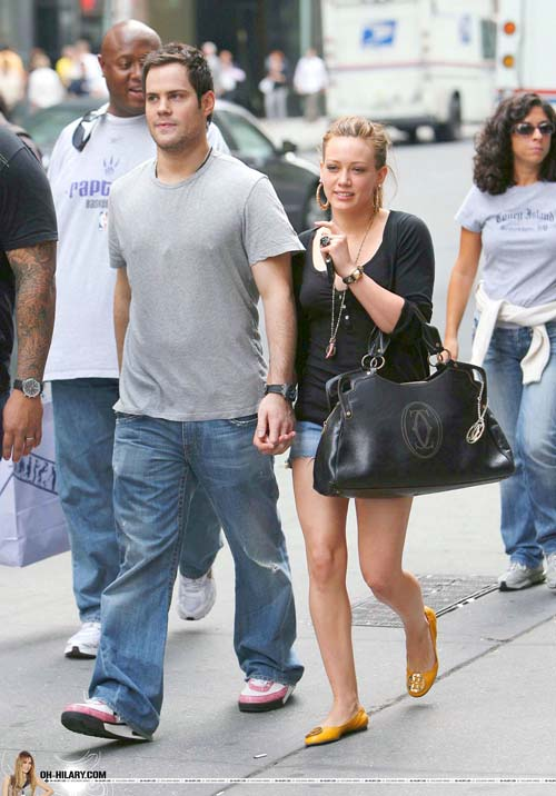 hilary-duff-mike-comrie-nyhands-08