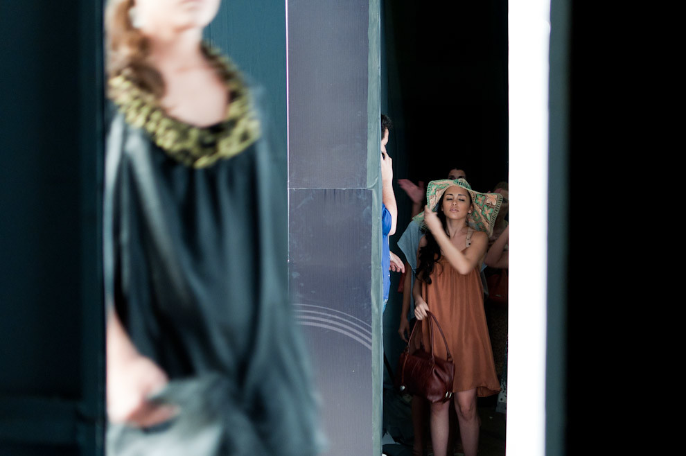 Tanya Villalba se prepara para salir a la pasarela en el desfile de Morena Toro/Appunto en la primera fecha del Paraguay Alta Moda el 14 de Octubre. (Elton Núñez - Asunción, Paraguay)
