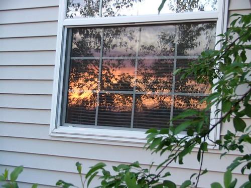 夕陽照在窗戶上