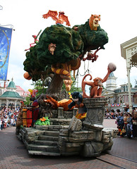 Lion King/Junglebook float (House Of Secrets Incorporated) Tags: france mainstreet disney parade hilde kaa villains lionking junglebook disneylandparis mainstreetusa kinglouie balloo disneyvillains sherekhan onceuponadreamparade